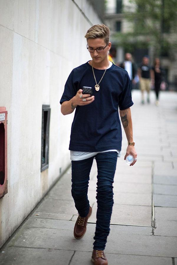 紺無地Tシャツ×スキニージーンズ×ワークブーツ