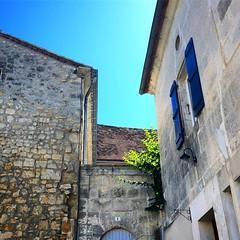 Le détail des tuiles formant une croix sur le toit de l'ancien presbytère de la Rochebeaucourt.