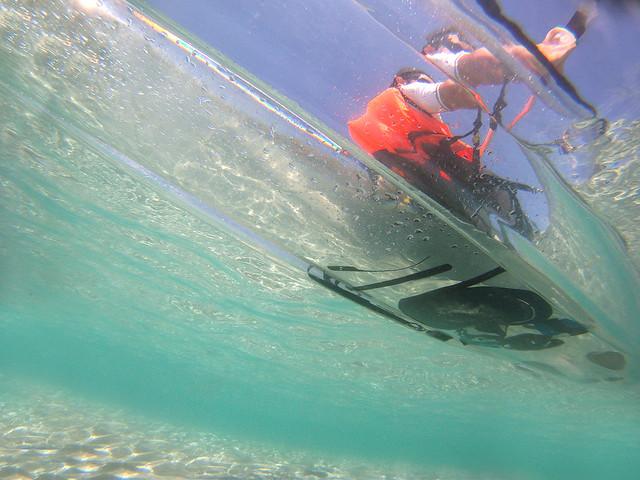 Las cristalinas aguas de Menorca y el kayak transparente