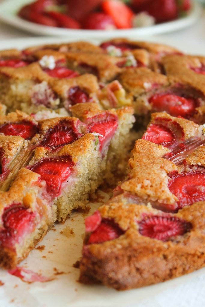 Gâteau aux fraises et à la rhubarbe