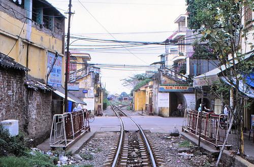 vietnam haiphong ðsvn metergauge infra levelcrossing rollingbarrier stationyardgate leftinfra pedistrainbridge ciyheritage 2003