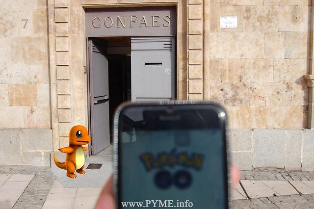 Un Pokemon, Charmander, en la Plaza de San Román, sede de la Confederación de Empresarios CONFAES.