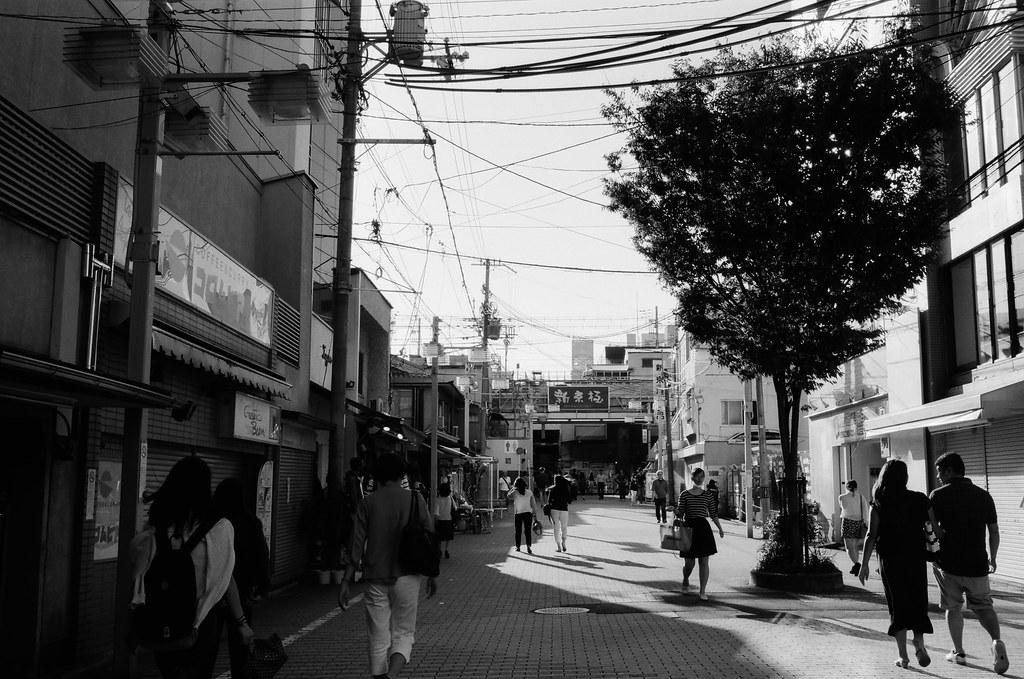新京極 京都 Kyoto, Japan / Kodak TMAX / Nikon FM2 2015/09/29 離開伏見稻荷後回到了河原町、寺町通這裡,我記得我要去買一個百年老店的布丁,當作今天的生日禮物。  那時候太陽快要下山,寺町通的路線是東西向,可以拍路人的影子。  當然還有可以拍我很喜愛的逆光。  (後來才發現我還滿多逆光的作品)  Nikon FM2 Nikon AI AF Nikkor 35mm F/2D Kodak 100 TMAX Professional ISO 100 1273-0014 Photo by Toomore