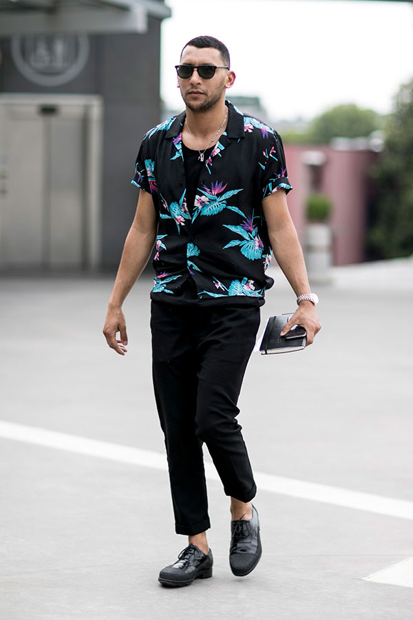 黒半袖柄シャツ×黒スラックス×黒オックスフォードシューズ