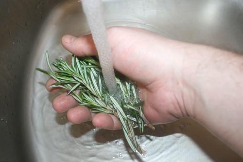 21 - Rosmarin waschen / Wash rosemary
