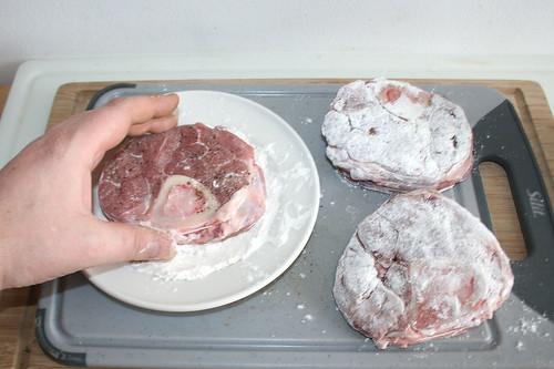 28 - Kalbsbeinscheiben in Mehl wenden / Turn veal shanks in flour