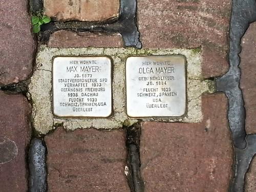 德國藝術家鋪設在納粹受害者的住家外地磚上的「絆腳石」,提醒人們勿遺忘過去(攝影:The Profitcy CC BY-SA 3.0)