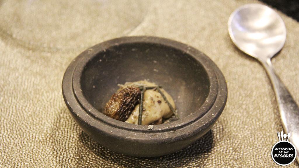 Espuma de colmenilla con colmenilla, tierra de cebolla tostada, pistacho y papada ibérica. Todo ahumado en madera de olivo