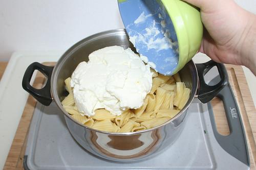16 - Quark zu Nudeln geben / Add curd to noodles