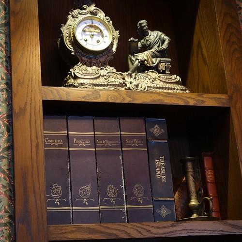 マーケットハウスにシンデレラやピノキオ、アリスに白雪姫の本がある。