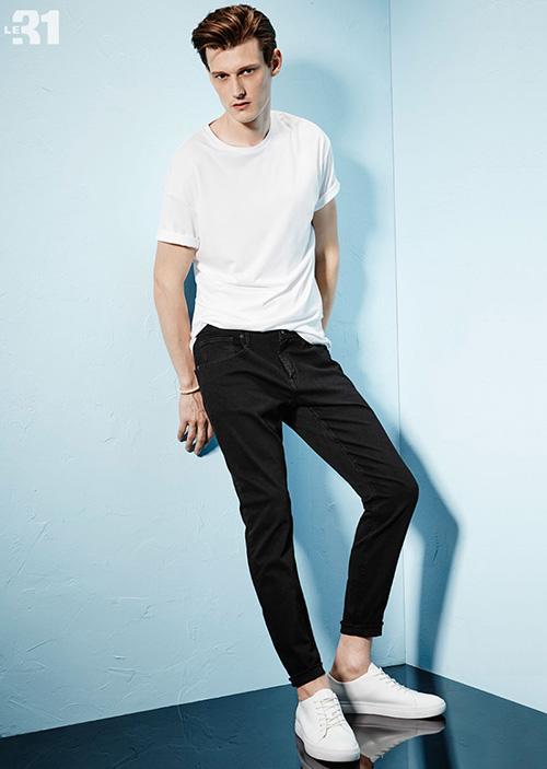 白無地Tシャツ×ブラックジーンズ×白スニーカー