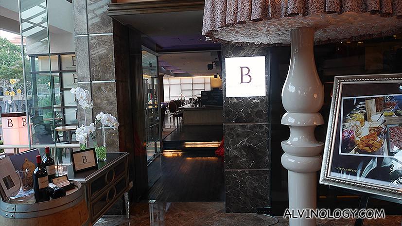 Restaurant and bar on the ground floor