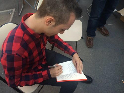 Alex von Karma firmando