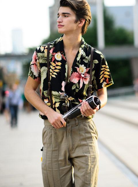 半袖花柄シャツ×プリーツパンツにサスペンダー