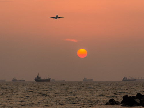sunset sea sun sunshine canon airplane landscape boat ship aircraft ships taiwan landing airline kaohsiung 夕陽 台灣 高雄 海 旗津 6d 夕照 海邊 海灘 小港機場 降落 飛機降落