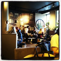 Provfikar nya #EspressoHouse Plattan (Sergels torg). Inte någon jättelokal, men den verkar poppis. Vi hittade sittplatser. :-)