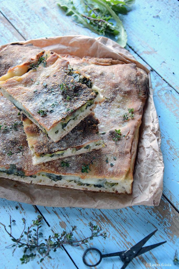Pizza croccante ripiena di cicoria selvatica