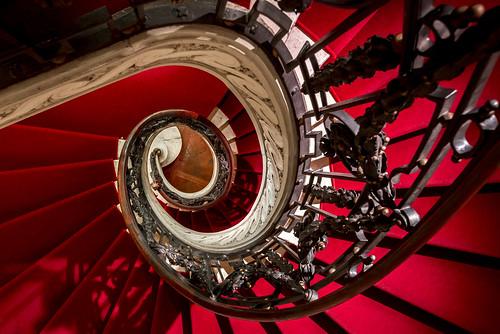 red brussels stairs carpet nikon stair belgium bruxelles musée stairway treppe staircase nikkor brüssel redcarpet spirale belgien treppenhaus d610 1635mm roterteppich belvue treppenauge muséebelvue carstenheyer treppenspirale