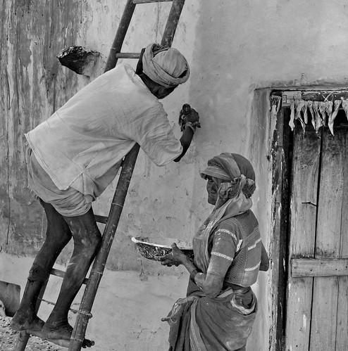 woman india man donna uomo porta scala karnataka parete coppia anziani pittura anziano pittore imbianchino anziana gadag lakkundi