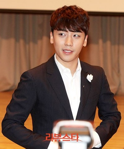 seungri_angel_eyes_press_conference_140403_004-400x482