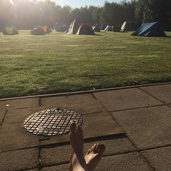 After spending our first night in the tiniest tent with 2 people while it rained a lot, we're catching some well deserved rays of sun. #dwcon #warwick #england #campinglife #kenilworth