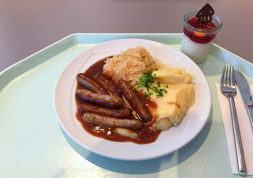 Fried sausages with gravy, sauerkraut & mashed potatoes / Nürnberger Rostbratwürste mit Bratensauce, Sauerkraut & Kartoffelpüree