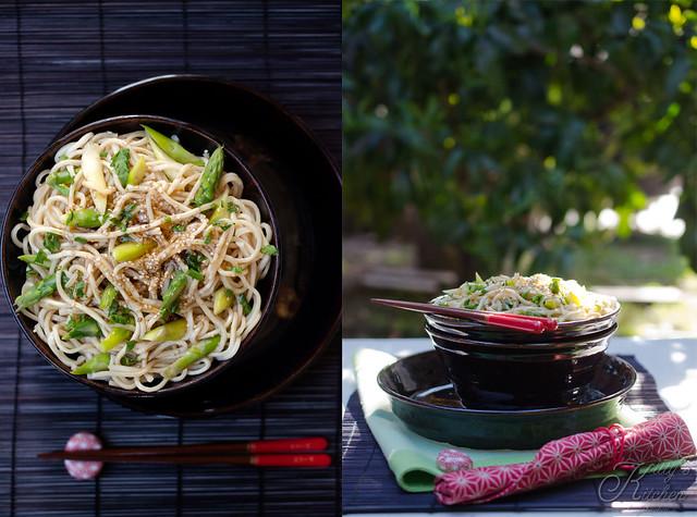 noodle con sesamo e asparagi