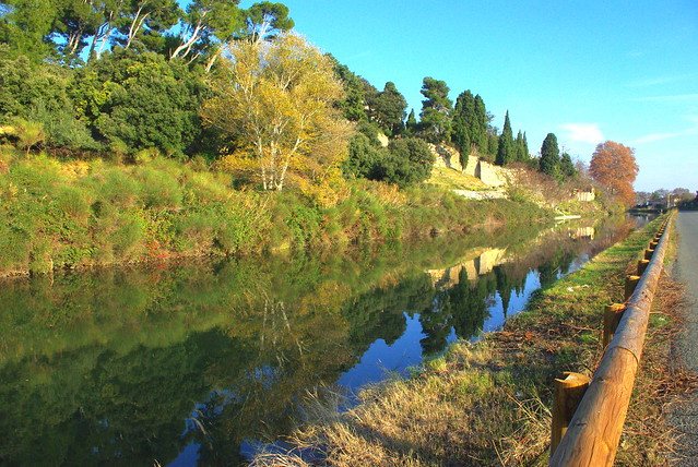 Le Canal du Midi à l'entrée du village de Paraza (Aude, France).