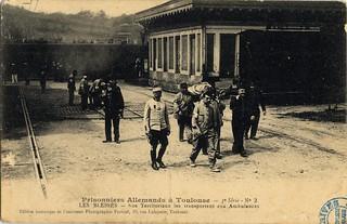 [La guerre 1914 à Toulouse]. Prisonniers allemands à Toulouse. 3e série n° 2. Les blessés. Nos territoriaux les transportent aux ambulances. Gare Matabiau.