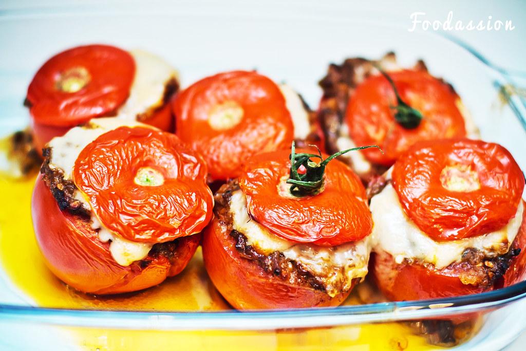 Jauhelihatäytteiset tomaatit
