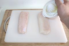 35 - Fischfilet mit Zitronensaft beträufeln / Sp…