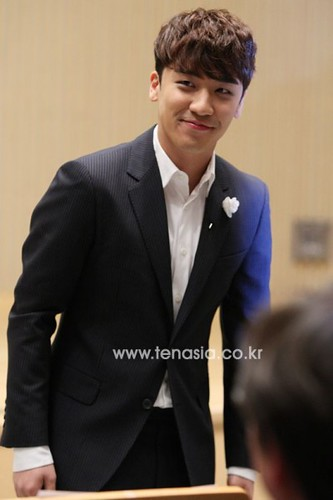seungri_angel_eyes_140403_013-400x600