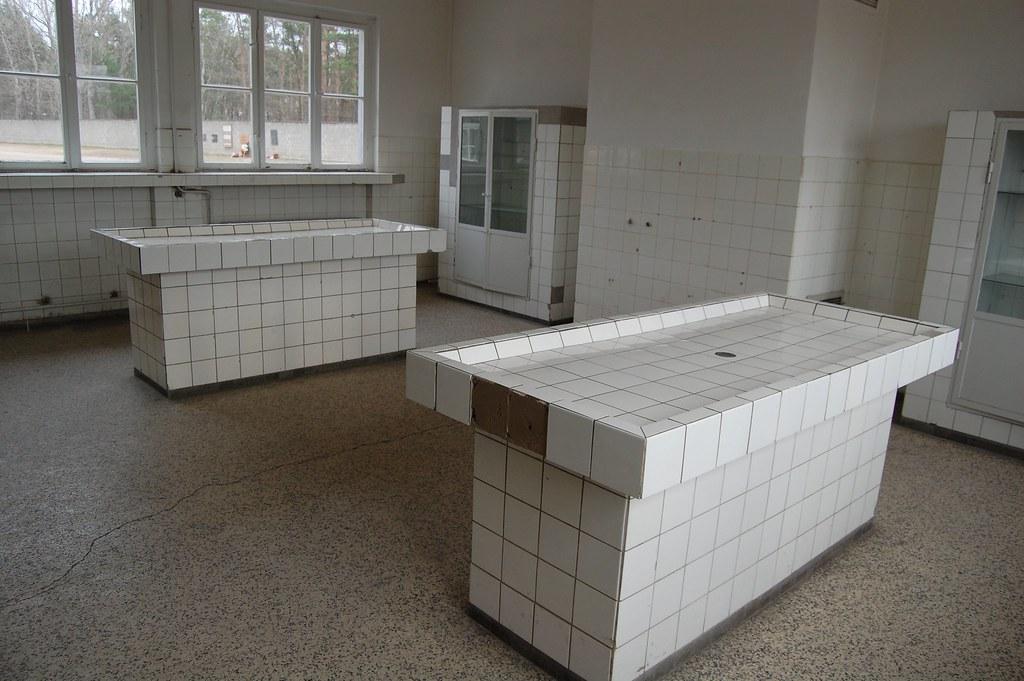 Mesas donde desmembraban los cadáveres de los prisioneros