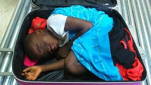 Encuentran a un subsahariano de 8 años escondido en una maleta en la frontera