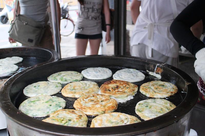 宜蘭義豐蔥油餅【宜蘭.羅東夜市附近排隊美食】義豐蔥油餅新地址,附近還有船來冰店可以一起採點