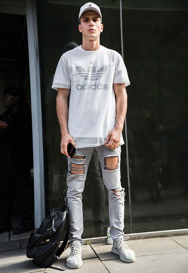 グレージョーダンキャップ×白adidasロゴTシャツ×グレーダメージジーンズ×adidas YEEZY BOOST low