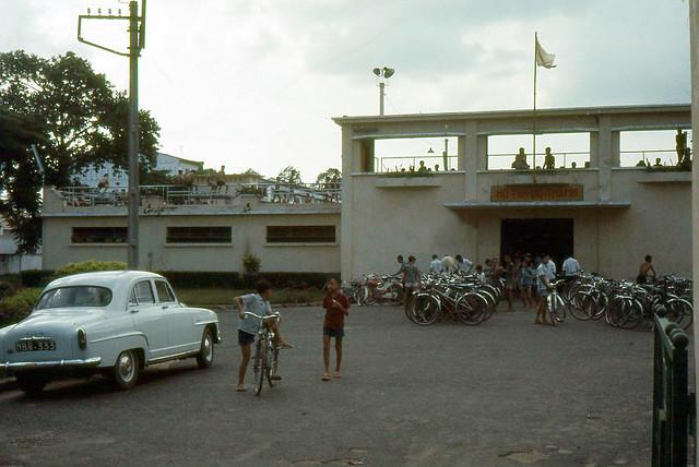 SAIGON 1965 - Scene at Swimming Pool in Saigon - HỒ TẮM ĐÔ THÀNH