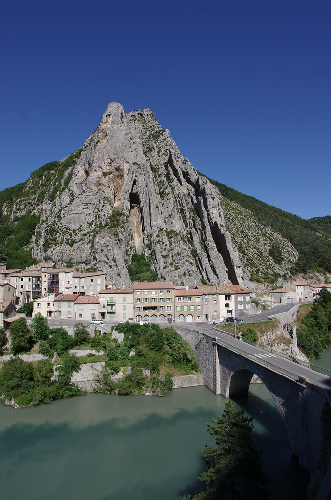 Sisteron alpes de haute provence france around guides for Haute provence