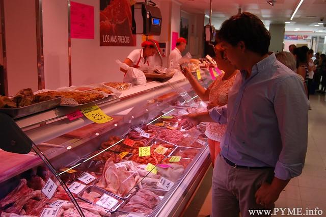 Juan Antonio Mendo, presidente de AESCARNE, muestra las carnes más vendidas en Salamanca para hacer barbacoas.