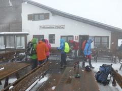 Aufbruch von der Kuhleitenhütte im Schneegestöber