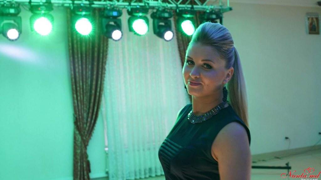 Moderatoarea  și solista de muzica ușoară Cazac Diana (romana și italiana)