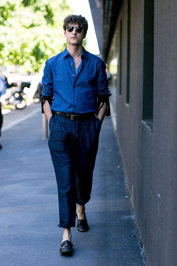 紺シャツ×紺リネンパンツ×黒ローファー