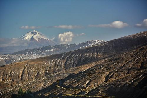 ecuador latitud mitad mundo center cotopaxi dry desert desierto quito montaña volcan cielo sky nubes clouds arid arido san antonio pomasqui