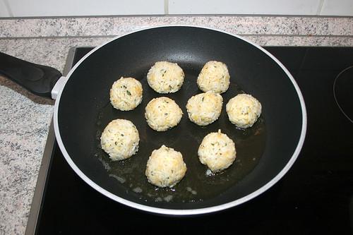 48 - Reisbällchen in Pfanne geben / Put rice balls in pan