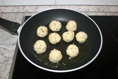 48 - Reisbällchen in Pfanne geben / Put rice bal…