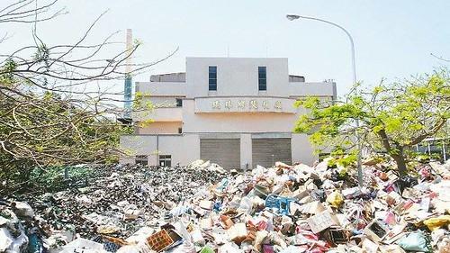 小琉球焚化廠前堆滿了垃圾。(來源:小琉球海洋志工隊)