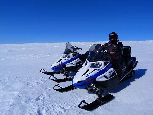 Sele en moto de nieve en el glaciar Myrdalsjokull (Islandia)