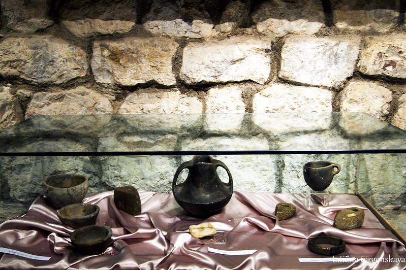Посуда, топоры, браслет из Беране
