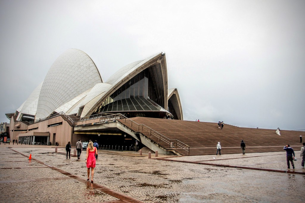 來張正面照,這是第一天離開sydney opera hourse回頭照的。很不巧,來雪梨歌劇院二次,相隔數十年還是遇到下雨,漂亮的風景照又沒啦! 我真的是雨男,聽說來之前還是豔陽高照天耶!