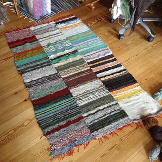 my first weaving project. a wonky rug! #weben #weaving #spinning